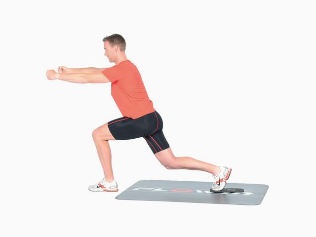 Mann in Variante der Übung Ausfallschritt rückwärts / vorwärts für den Flowin