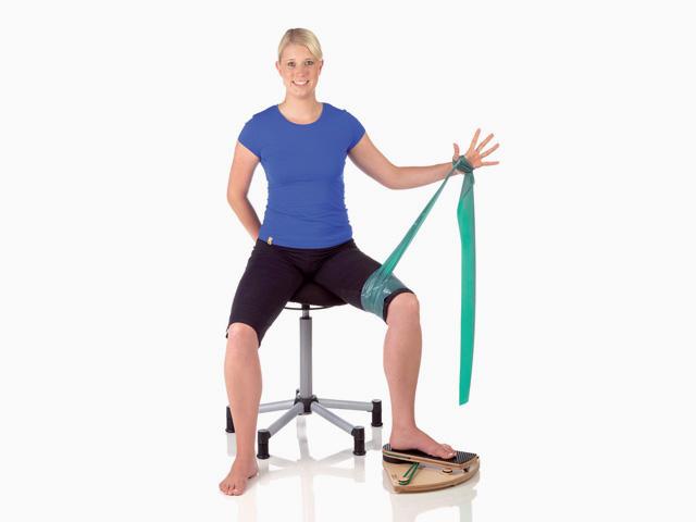 Frau in Endstellung der Übung Kniegelenk - Außenrotation mit unilateraler Stabilisation für den Gelenktrainer