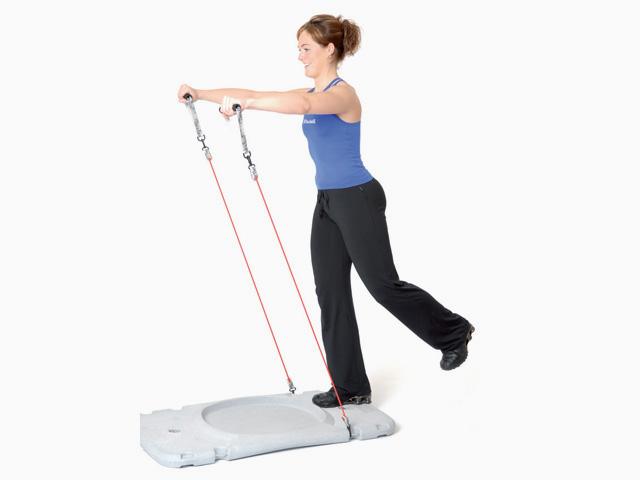 Frau in Ausgangsstellungg der Übung Trainingsstation Armstrecken / Lift im Stand für den Gymstick