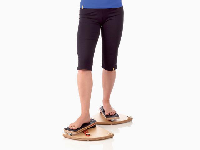 Frau in Ausgangsstellung der Übung Hüftgelenk - Außen- und Innenrotation für den Gelenktrainer