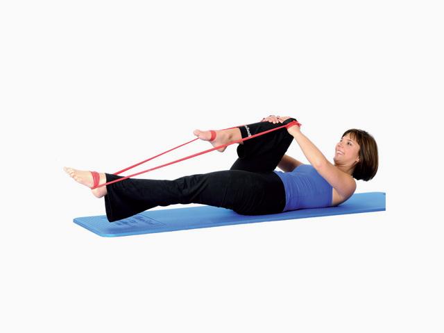 Frau in Variante der Übung Beinstreckung einfach / Single-leg stretch für das TheraBand