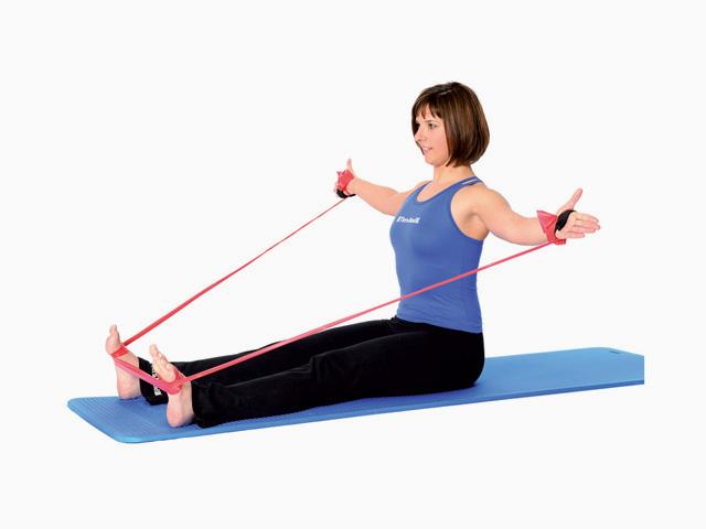 Frau in Ausgangsstellung der Übung Oberkörperdrehung / Spine twist für das TheraBand