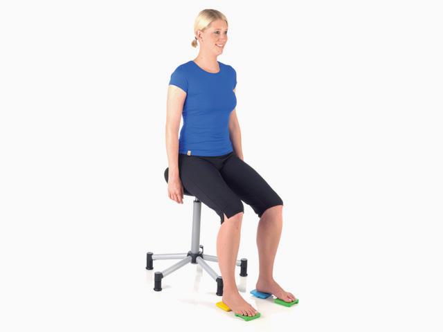 Frau in Ausgangsstellung der Übung Bein heben für den Balance- und Stabilitätstrainer
