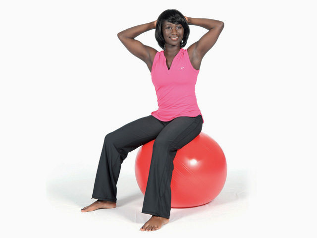 Frau in Ausgangsstellung der Übung Wellenbewegung mit Rotation / Twisted spine wave für den Gymnastikball