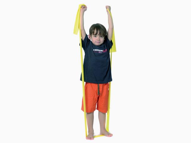 Kind in Variante der Übung Diagonales Ziehen für das TheraBand