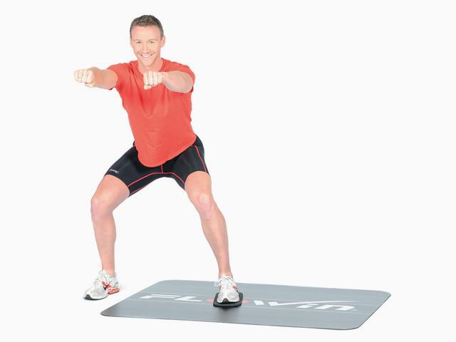 Mann in Variante der Übung Kniebeuge für den Flowin