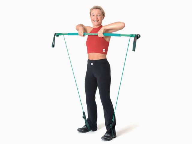 Frau in Endstellung der Übung Rudern / Upright Row für den Gymstick