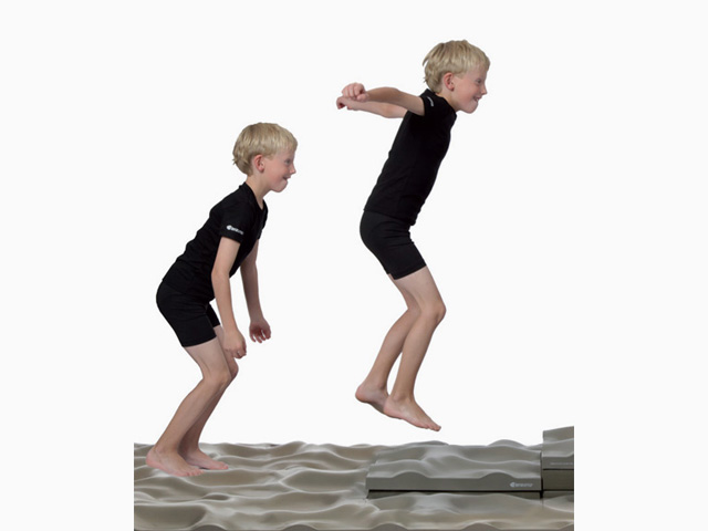 Kinder in Ausgangsstellung der Übung Kraft und Gleichgewicht für den Balance- und Stabilitätstrainer