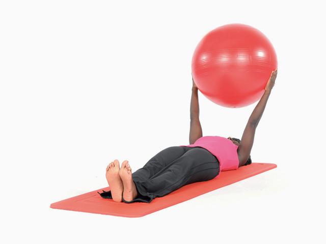 Frau in Ausgangsstellung der Übung Auf- und abrollen / Roll up and down für für den Gymnastikball