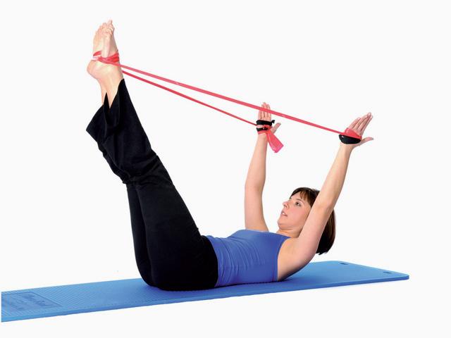 Frau in Ausgangsstellung der Übung Beinstreckung doppelt / Double-leg stretch für das TheraBand