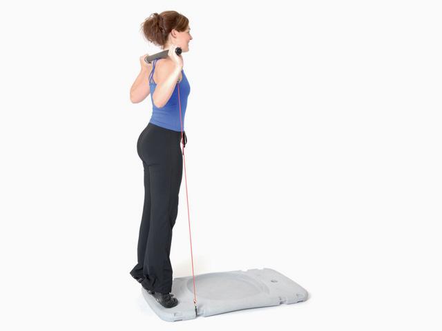 Frau in Ausgangsstellungg der Übung Trainingsstation Seitliche Wadenheben für den Gymstick