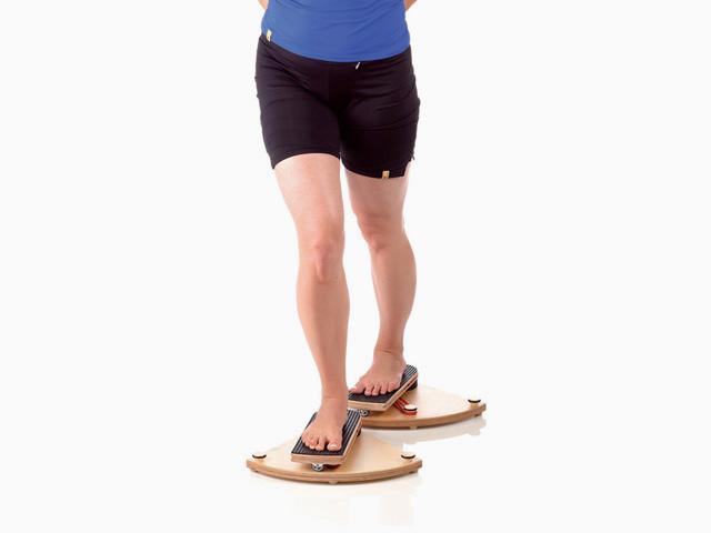 Frau in Ausgangsstellung der Übung Hüftgelenk - Innenrotation für den Gelenktrainer