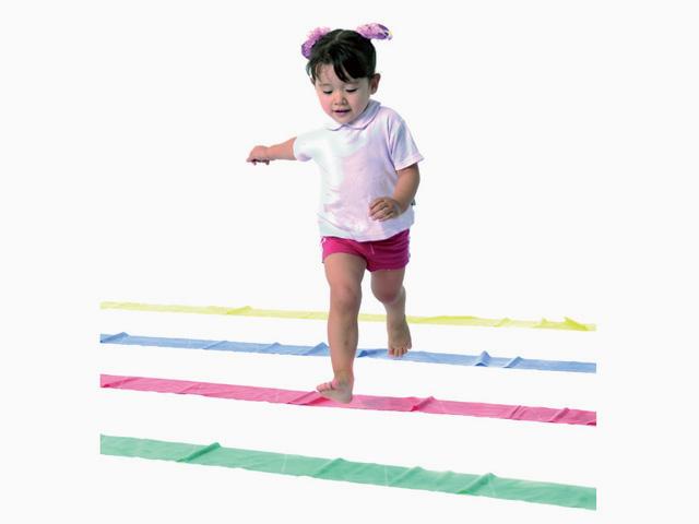 Kind in Zwischenstellung der Übung Hüpfen-Springen-Laufen für das TheraBand