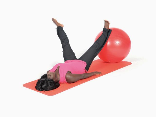 Frau in Endstellung der Übung Kreise mit einem Bein / One leg circles für den Gymnastikball