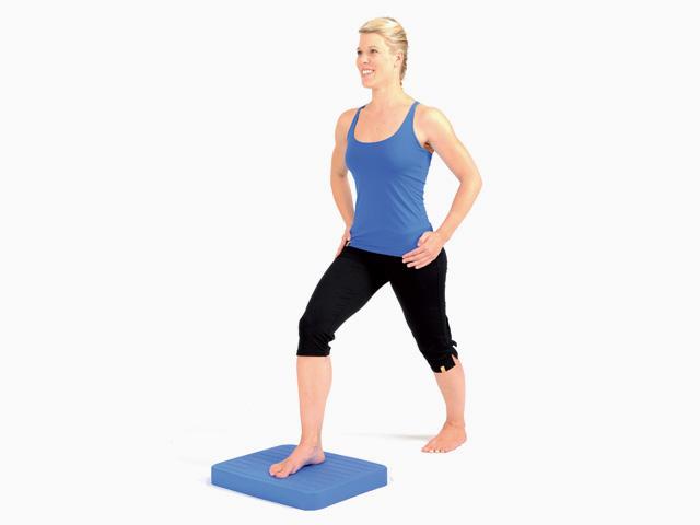 Frau in Zwischenstellung der Übung Schrittstellung (weit oder eng) für den Balance- und Stabilitätstrainer