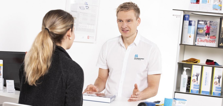 Dr. med. Matthias Marquardt im Gespräch mit einem Patienten