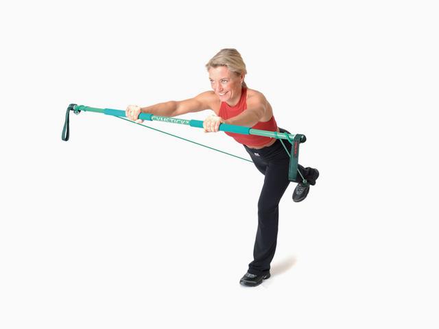 Frau in Endstellung der Übung Flieger für den Gymstick