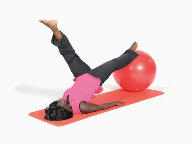 Frau in Ausgangsstellung der Übung Brücke mit langen Beinen / Shoulder bridge für den Gymnastikball