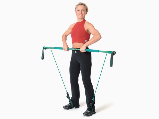 Frau in Ausgangsstellungg der Übung Rudern / Upright Row für den Gymstick