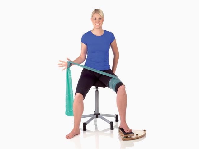 Frau in Ausgangsstellung der Übung Kniegelenk - Außenrotation mit unilateraler Stabilisation für den Gelenktrainer
