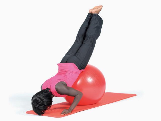 Frau in Ausgangsstellung der Übung Schwan / Swan für den Gymnastikball