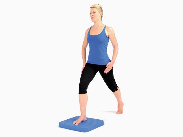 Frau in Zwischenstellung 2 der Übung Schrittstellung (weit oder eng) für den Balance- und Stabilitätstrainer