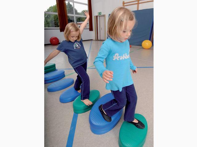 Kinder in Ausgangsstellung der Übung Balancieren für den Balance- und Stabilitätstrainer