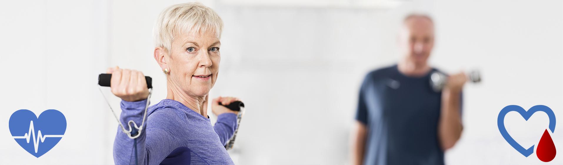 Best-Ager beim moderaten Krafttraining mit leichten leichten Gymstick Chrom-Hanteln und TheraBand Bodytrainer Tubing