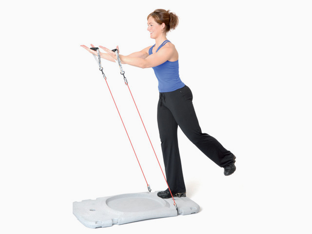 Frau in Endstellung der Übung Trainingsstation Armstrecken / Lift im Stand für den Gymstick