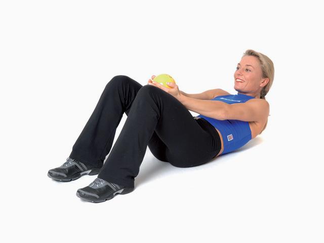 Frau in Endstellung der Übung Bauch für den TheraBand Soft Weights