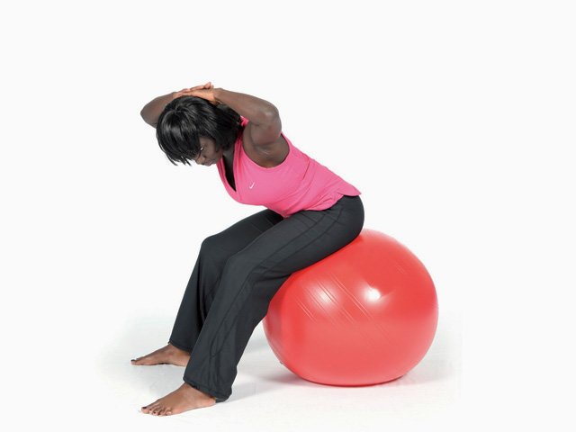 Frau in Zwischenstellung 2 der Übung Wellenbewegung mit Rotation / Twisted spine wave für den Gymnastikball