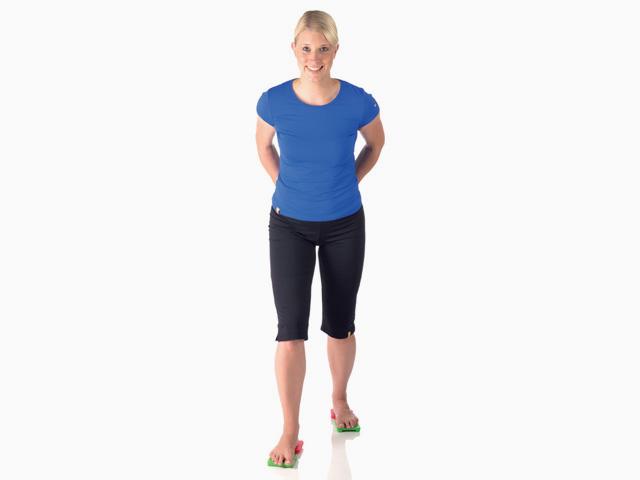 Frau in Zwischenstellung der Übung Balance- und Stabilitätstrainer Vierfüßler Kippbrett für den Balance- und Stabilitätstrainer