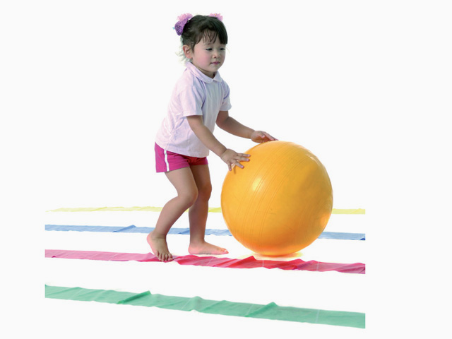 Kind in Endstellung der Übung Hüpfen-Springen-Laufen für das TheraBand
