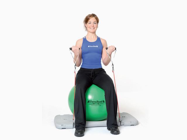Frau in Variante der Übung Armbeuge für die Trainingsstation für den Balance- und Stabilitätstrainer