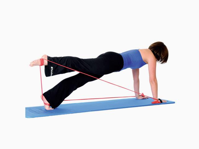 Frau in Endstellung der Übung Beinzug einseitig / Leg pulldown für das TheraBand