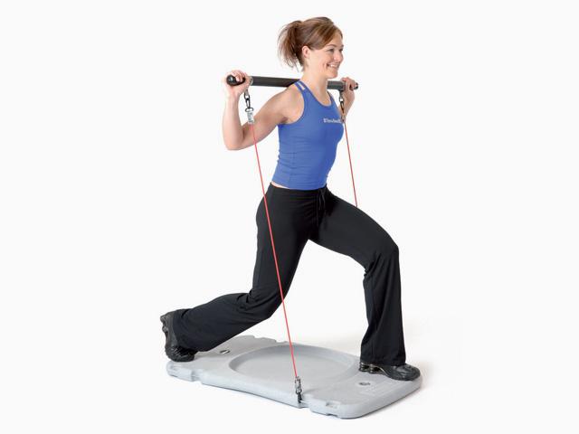 Frau in Ausgangsstellungg der Übung Trainingsstation Ausfallschritt für den Gymstick