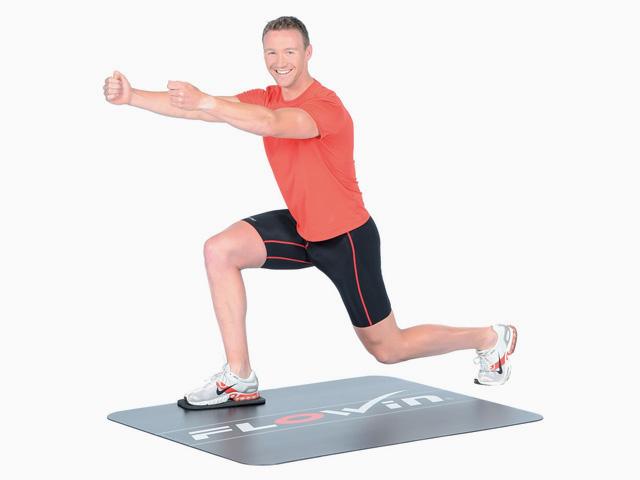 Mann in Endstellung der Übung Ausfallschritt rückwärts / vorwärts für den Flowin