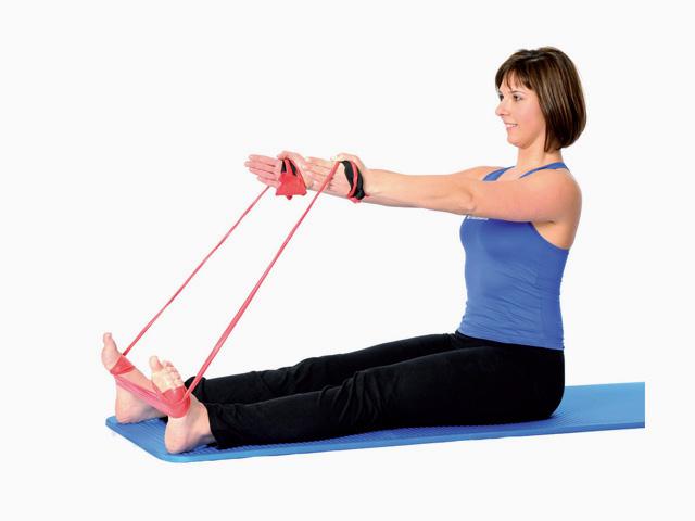 Frau in Ausgangsstellung der Übung Schere in Wirbelsäule strecken / Spine stretch für das TheraBand