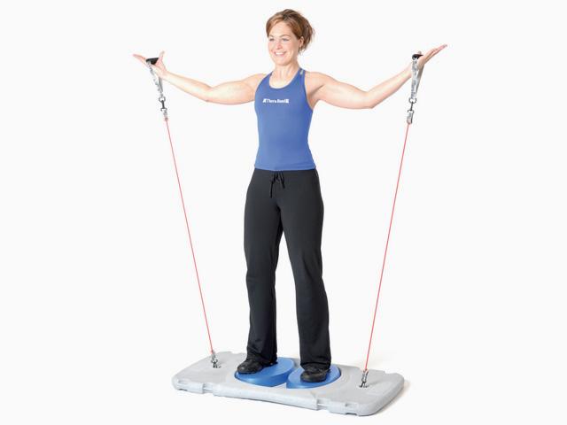 Frau in Endstellung der Übung Armseitheben für den Balance- und Stabilitätstrainer