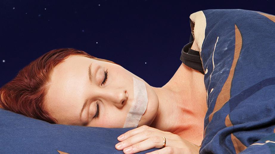Schlafende Frau mit Sleep Tape