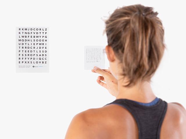 Frau in Endstellung der Basisübung Visuelles System - Akkommodation / Fähigkeit des Scharf-Stellens