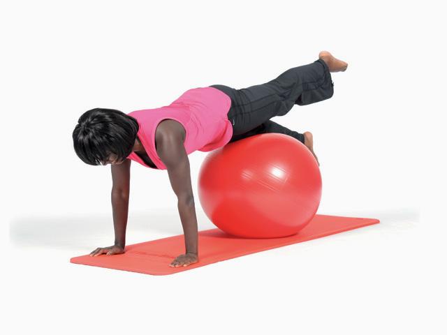 Frau in Ausgangsstellung der Übung Beinheben / Leg pull front für den Gymnastikball