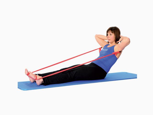 Frau in Ausgangsstellung der Übung Schere in Nackenheben / Neck pull für das TheraBand