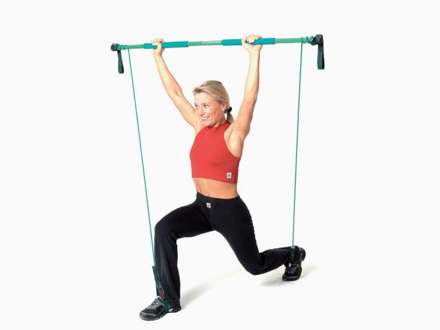 Frau in Variante der Übung Gewichtheben für den Gymstick