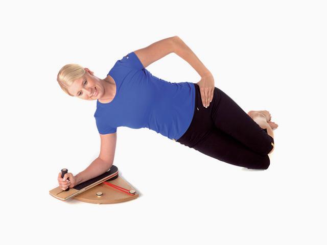Frau in Ausgangsstellung der Übung Schultergelenk - Außenrotation im Seit-Ellenbogenstütz für den Gelenktrainer