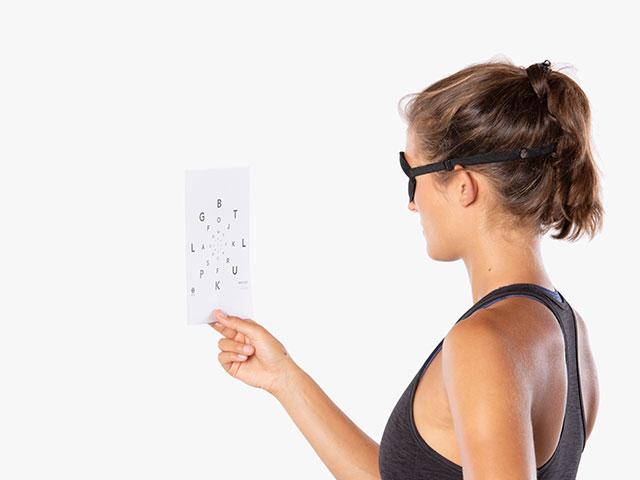 Frau in Variante der Basisübung Visuelles System - Periphere Wahrnehmung / seitliches Sichtfeld
