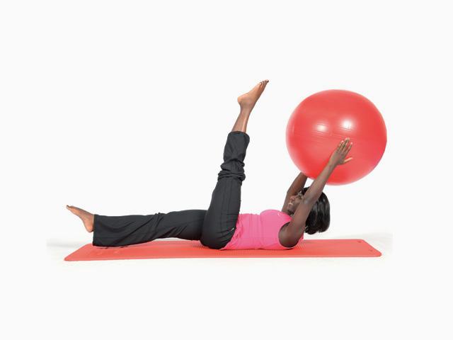 Frau in Ausgangsstellung der Übung Schere / Scissors für den Gymnastikball