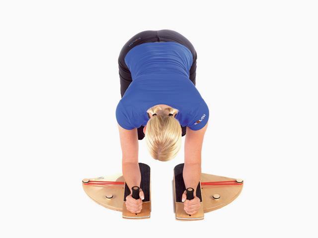 Frau in Endstellung der Übung Schultergelenk - Innenrotation-im-Vierfüßlerstand für den Gelenktrainer