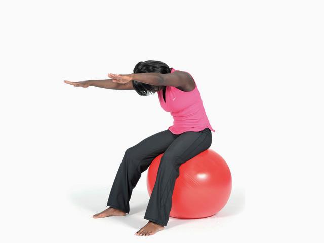 Frau in Ausgangsstellung der Übung Schwanenhals / Spine stretch für den Gymnastikball