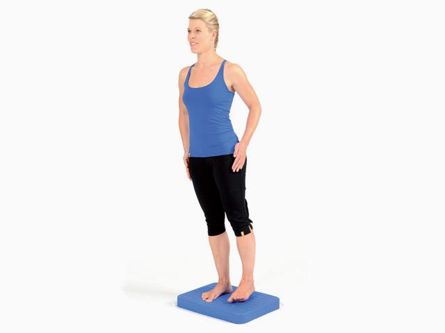 Frau in Zwischenstellung 2 der Übung Parallelstand für den Balance- und Stabilitätstrainer